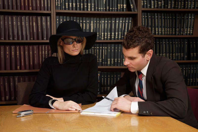Адвокат по наследству с клиентом
